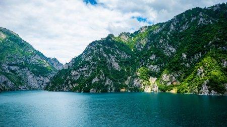 Lago Piva (Pivsko Jezero) y montañas con luz solar en Montenegro