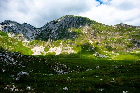 Photo pour Belles montagnes ensoleillées dans le massif de Durmitor, Monténégro - image libre de droit