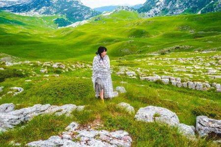 Photo pour Belle femme marchant en couverture sur la vallée dans le massif de Durmitor, Monténégro - image libre de droit