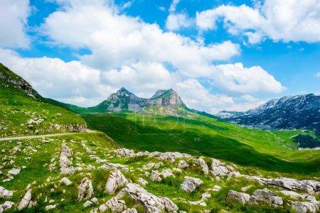 felsigen Bergen und blauem bewölkten Himmel im Durmitor-Massiv, Montenegro
