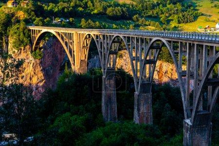 красивый мост Тара на закате в Черногории
