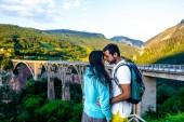 """Постер, картина, фотообои """"пара обниматься и касатьться с лбы возле моста в Черногории"""""""
