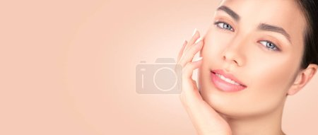 Photo pour Belle fille brune touchant son visage. Peau fraîche parfaite. Portrait de beauté de spa. Concept de la jeunesse et des soins de la peau, nettoyage - image libre de droit