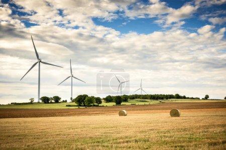 Photo pour Les éoliennes et l'agriculture. Alsace, France . - image libre de droit