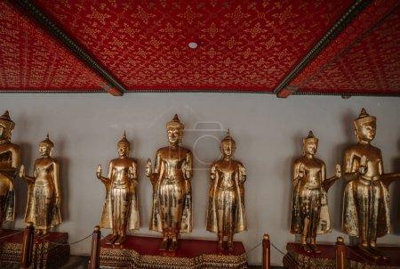 Foto de A row of golden buddha statues. Wat Pho in Bangkok - Temple of Reclining Buddha. - Imagen libre de derechos