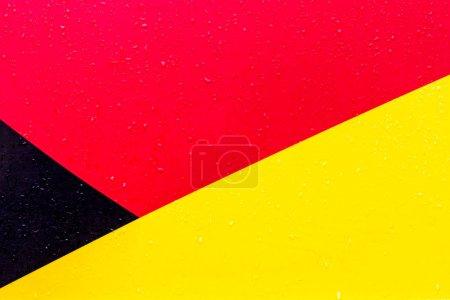 Foto de El fondo es rojo negro amarillo. Figuras de diferentes colores. Las líneas son diferentes entre sí. - Imagen libre de derechos