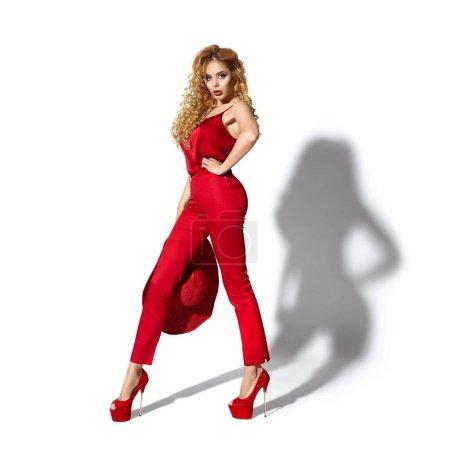 Foto de Hermosa chica en ropa roja - Imagen libre de derechos