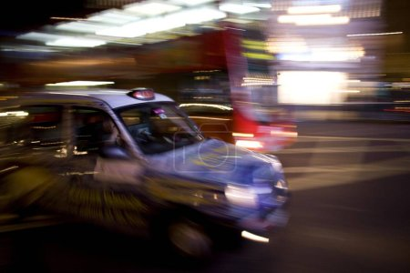 Photo pour Taxicab dans la nuit, Londres, Angleterre, Grande-Bretagne, Europe - image libre de droit