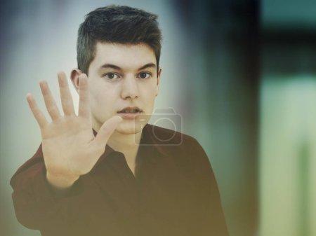 Photo pour Arrêt des adolescent avec main - image libre de droit
