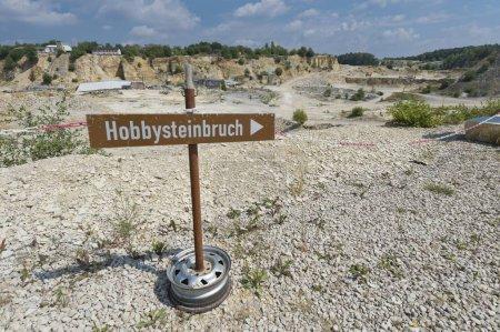 """Photo pour Signez pour un """"Hobbysteinbruch"""", Allemand pour """"Hobby Quarry"""", zone de carrière d'Untere Haardt, Altmhltal, Solnhofen, Moyenne Franconie, Bavière, Allemagne, Europe - image libre de droit"""