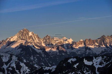Photo pour Vue panoramique sur un paysage montagneux majestueux - image libre de droit