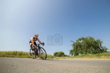 Photo pour Mâle cycliste sportive, faire du vélo à l'extérieur - image libre de droit