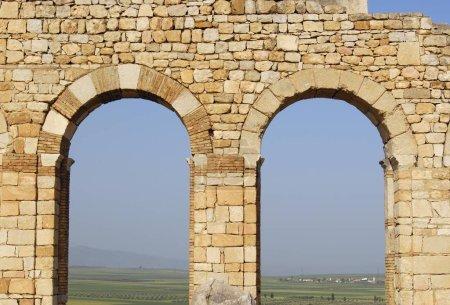 Photo pour Détail des arcs de la basilique de la ville romaine ruinée de Volubilis, Maroc, Afrique - image libre de droit