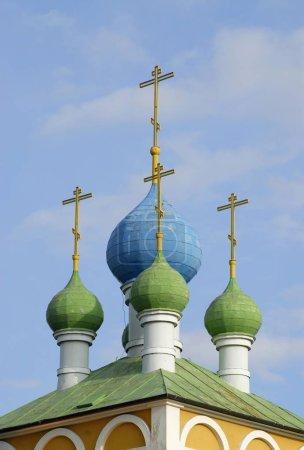 """Photo pour Dômes de l'église orthodoxe de SS. Cyril et Méthode dans le """"village des trois églises"""" de Chudobin, République tchèque, Europe - image libre de droit"""