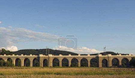 Photo pour Viaduc Jezernice Railroad, pont ferroviaire de 343 mètres de long avec 41 arches en pierre, achevé en 1842, Empereur Ferdinand Northern Railway, Région d'Olomouc, République tchèque, Europe - image libre de droit