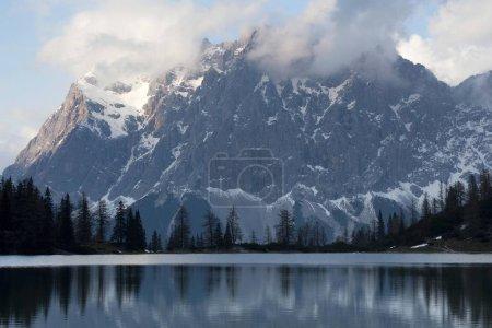 Wieczorem o jezioro Seebensee w Ehrwald, Tyrol, Austria, Europa