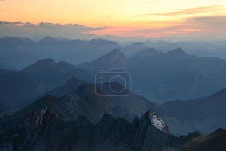 Photo pour Coucher de soleil sur les Alpes suisses en Suisse orientale, depuis le mont Saentis dans la chaîne Alpstein, Suisse, Europe - image libre de droit