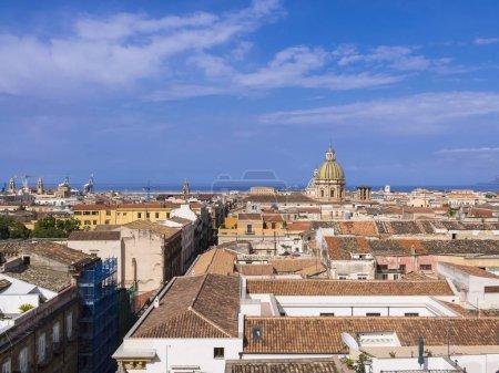 Photo pour Vue de l'église SS Salvatore à travers le centre historique, l'église de San Giuseppe dei Teatini à l'arrière, Palerme, Sicile, Italie, Europe - image libre de droit
