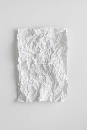 Photo pour Couche plate feuille de papier blanc froissé isolé sur la table, texture de fond et espace de copie - image libre de droit