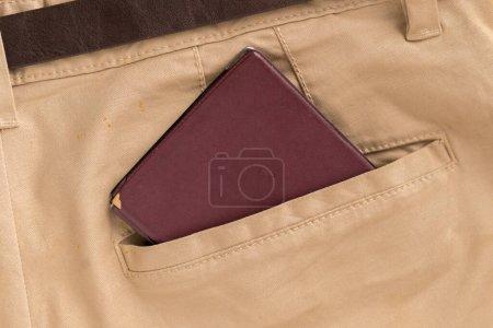 Photo pour Passeport sort de la poche des vêtements décontractés du touriste. Concept de voyage - image libre de droit