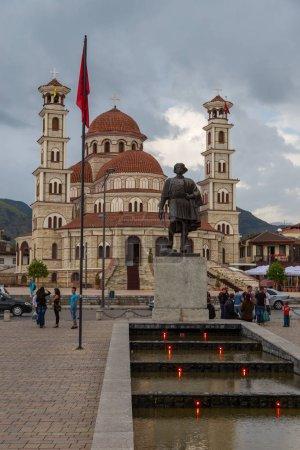 Photo pour Korce, Albanie-27 juin 2014: la résurrection de Christ orthodoxe cathédrale de Korçë, la principale église orthodoxe. Korçë, grande ville dans le sud-est Albanie entouré par les montagnes de la Morava. - image libre de droit