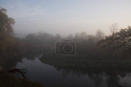 Photo pour Vue du lac brumeux et la forêt à la saison d'automne - image libre de droit