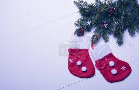 Foto de Feliz Navidad y feliz año nuevo tarjeta plantilla, rama de abeto decorado con medias rojas - Imagen libre de derechos