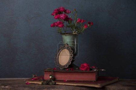Rosen und Vintage-Elemente auf blauem Hintergrund