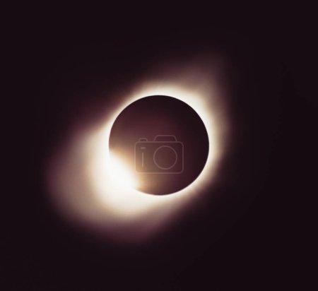 Photo pour Éclipse de la lune. Ssolar pleine éclipse. Planète avec une lueur - image libre de droit