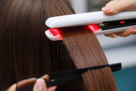 Photo pour Récupération de kératine cheveux et de protéines pile de traitement avec outil professionnel de fer à ultrasons. Concept laminage, levage - image libre de droit