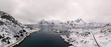 Foto de Avión teledirigido vista panorámica de increíbles islas Lofoten paisaje de invierno con el famoso pueblo pesquero de Reine Noruega, Escandinavia. Imagen de vista superior al atardecer . - Imagen libre de derechos