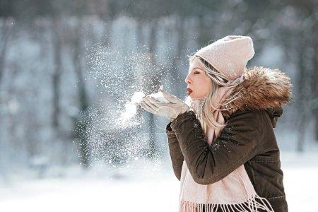 Photo pour Belle jeune femme jouissant dans la neige - image libre de droit