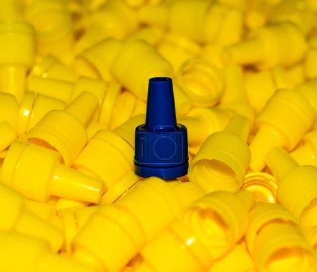 Photo pour Capuchons en plastique jaune texture avec un bleu couvercle closeup - image libre de droit