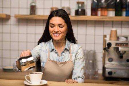 Photo pour Belle barista verser du café dans la tasse - image libre de droit