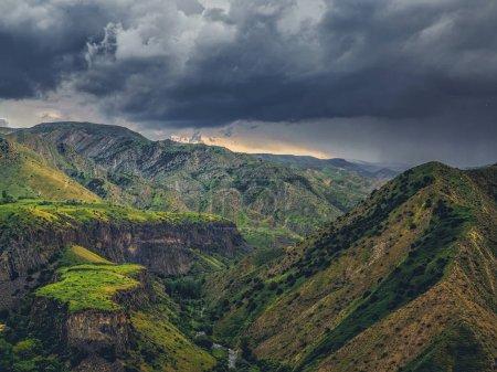 Photo pour Vue aérienne du paysage montagneux pittoresque par temps nuageux, Arménie - image libre de droit