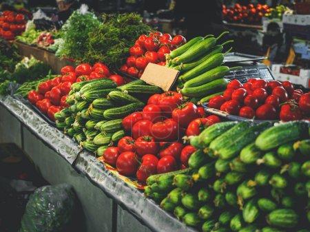 Photo pour Tomates et concombres au marché géorgien - image libre de droit