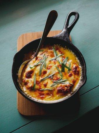 Photo pour Vue grand angle de la casserole avec des œufs et des herbes dans la poêle - image libre de droit