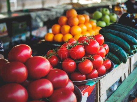 Photo pour Tomates rouges et jaunes, concombres et pommes au marché géorgien - image libre de droit
