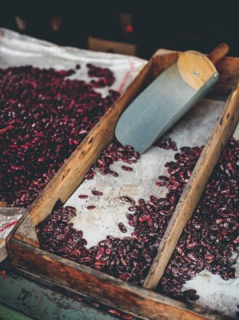 Photo pour Les haricots rouges et scoop au marché géorgien - image libre de droit