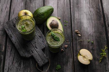 Photo pour Smoothie de fruits biologiques à l'avocat sur fond en bois - image libre de droit
