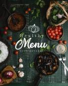 Vue des moules cuites de dessus avec des coquilles servis dans la poêle avec des tomates, herbes et vin sur table en bois, lettrage menu santé