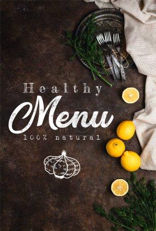 Photo pour Vue de dessus de plaque vintage avec du fenouil et des fourches sur le lettrage noir menu surface, sain - image libre de droit