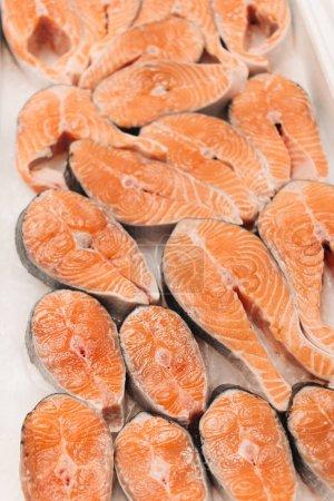 Photo pour Steaks de saumon crus, fond alimentaire - image libre de droit