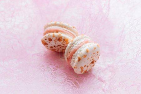 Foto de Composition of delicious macaroons on pink background - Imagen libre de derechos