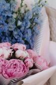"""Постер, картина, фотообои """"Красивый весенний букет с нежные голубые и розовые цветы"""""""