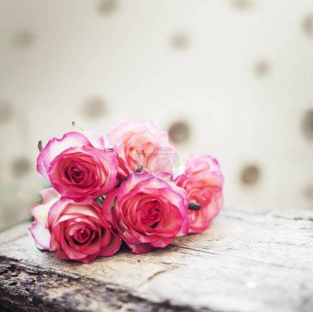 Impresionante ramo de rosas sobre fondo de madera