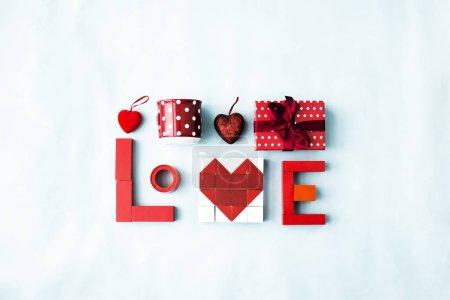 Photo pour Vue du haut des blocs formant le cœur, Saint Valentin concept arrière-plan - image libre de droit