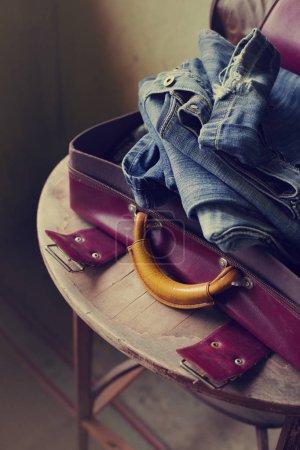 Photo pour Vue rapprochée des vêtements emballés dans la valise - image libre de droit