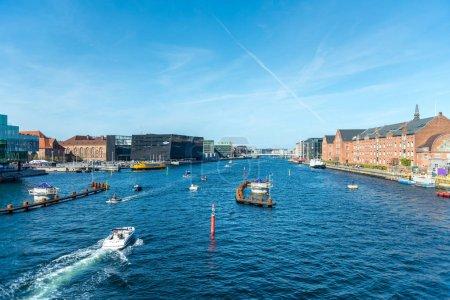 Photo pour Copenhague, Danemark - 5 mai 2018: vue panoramique des bateaux sur la rivière de la ville de Copenhague, Danemark - image libre de droit