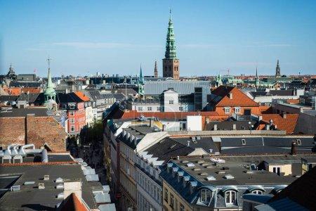Photo pour Copenhague, Danemark - 6 mai 2018: paysage urbain de Copenhague avec la flèche de l'hôtel de ville, Danemark - image libre de droit